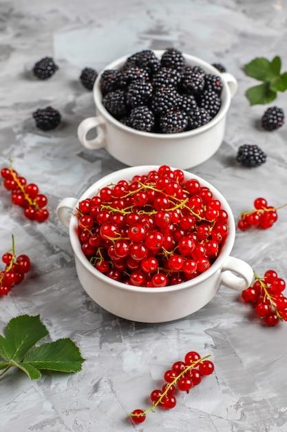 Diverse verse zomerbessen, bosbessen, rode bessen, aardbeien, bramen, bovenaanzicht. Gratis Foto