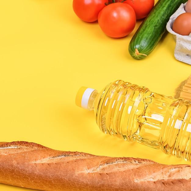 Diverse voedsel items, groenten en fruit op een gele ondergrond Premium Foto