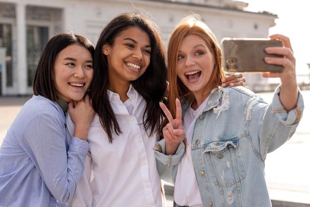 Diverse vrouwen die samen een selfie maken Gratis Foto