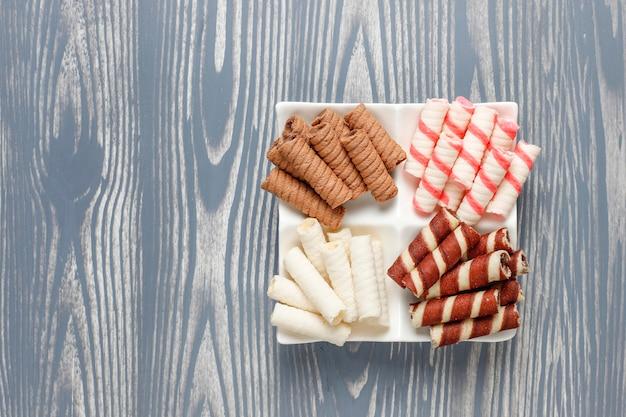 Diverse wafel rollen in keramische plaat Gratis Foto
