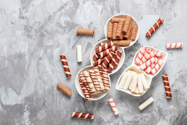 Diverse wafel rollen in keramische platen, bovenaanzicht Gratis Foto