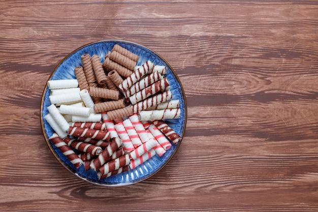 Diverse wafel rollen in keramische platen, bovenaanzicht. Gratis Foto