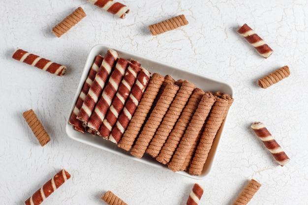 Diverse wafelbroodjes in keramische platen, bovenaanzicht. Gratis Foto