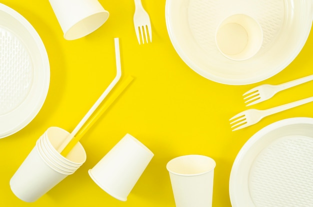 Diverse witte plastic wegwerpservies Gratis Foto