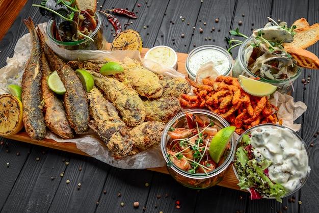 Diverse zeevruchten voorgerechten, gebakken vis, mosselen en garnalen Premium Foto