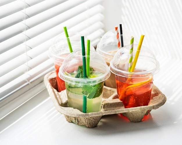Diverse zomerse koude dranken en cocktails in een papierhouder Premium Foto