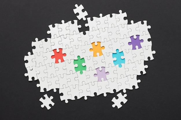 Diversiteitsarrangement met verschillende puzzelstukjes Gratis Foto