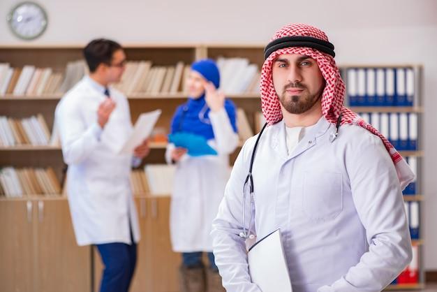 Diversiteitsconcept met artsen in het ziekenhuis Premium Foto