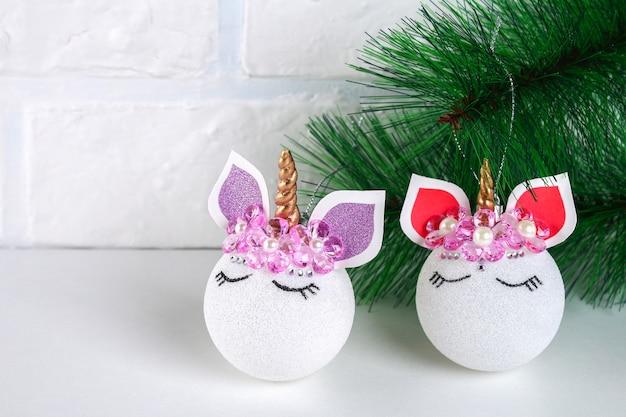 Diy, de eenhoorn. hoe maak je een eenhoorn van een kerstbal speelgoed. stap voor stap gidsfoto. Premium Foto