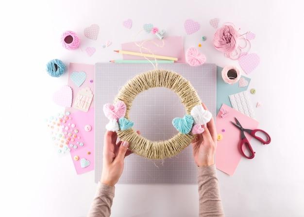 Diy-project maken. breien decoratie. ambachtelijke gereedschappen en benodigdheden. seizoen thuis valentijnsdag decor. Premium Foto
