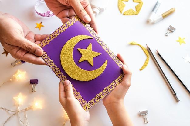 Diy ramadan kareem-kaart met gouden wassende maan en een ster. Premium Foto