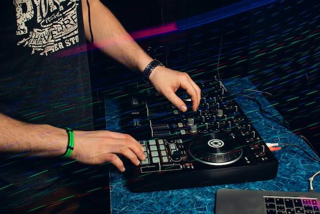 Dj in stand spelen in nachtclub Premium Foto