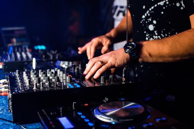 Dj mix muziek op professionele muziekborden en apparatuur Premium Foto