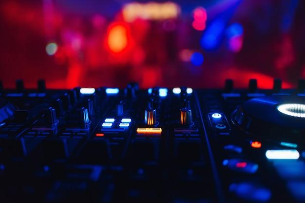 Dj-mixer voor het mixen van muziek en geluid Premium Foto