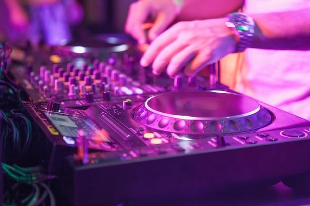 Dj speelt muziek op mixer Gratis Foto