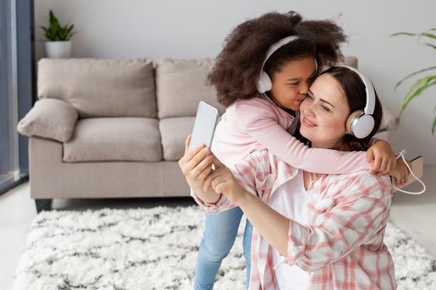 Dochter blij om thuis te zijn met moeder Gratis Foto