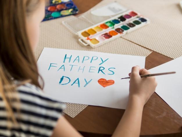 Dochter die een tekening maakt voor haar vader Gratis Foto