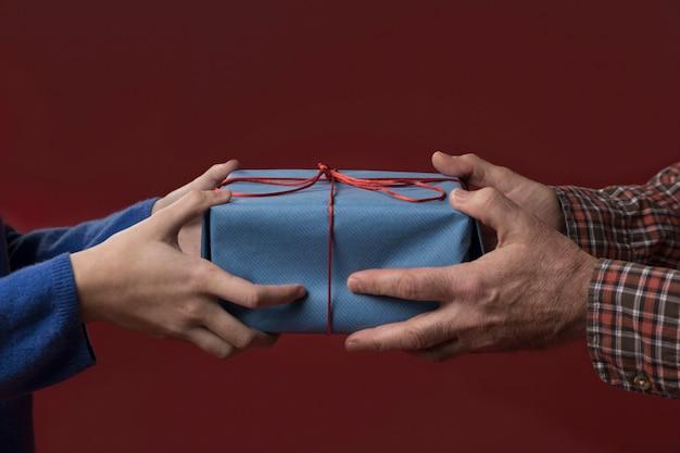 Dochter die haar vader een geschenk geeft Gratis Foto
