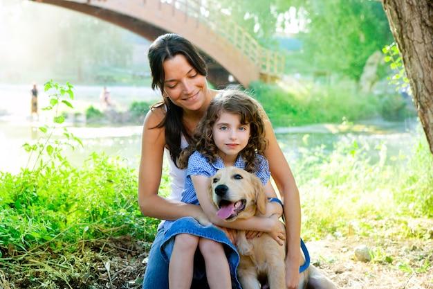 Dochter en moeder met golden retriever Premium Foto