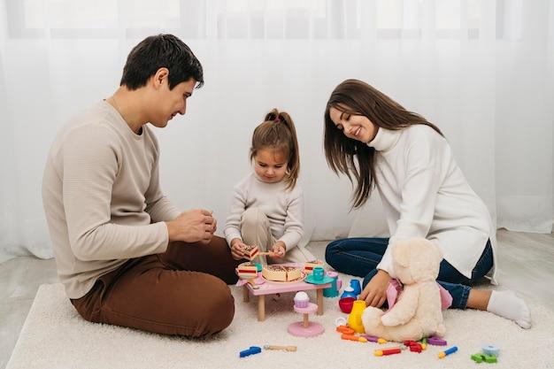 Dochter en ouders spelen samen Gratis Foto