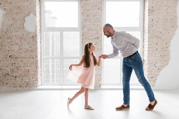 Dochter en papa dansen op vaders dag Gratis Foto