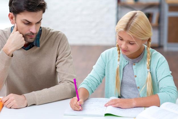 Dochter schrijven en vader is op zoek Gratis Foto