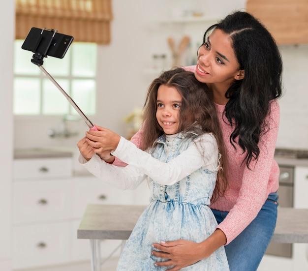 Dochter selfie te nemen met moeder Gratis Foto