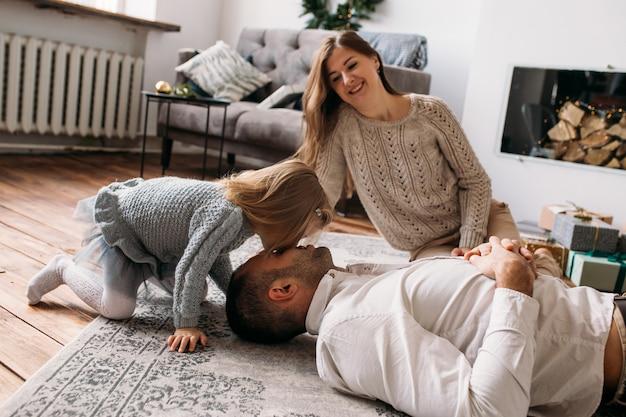 Dochter speelt met haar vader thuis Premium Foto