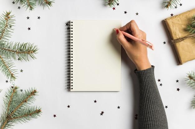 Doelen plannen dromen maken om lijst voor het nieuwe concept van het jaarkerstmis schrijven te doen Gratis Foto