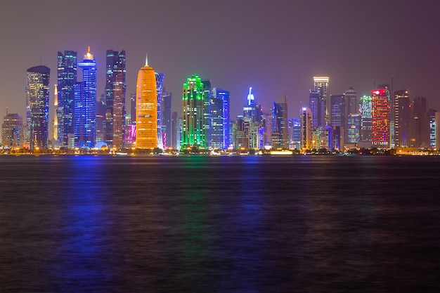 Doha skyline nacht uitzicht op de stad, qatar Premium Foto