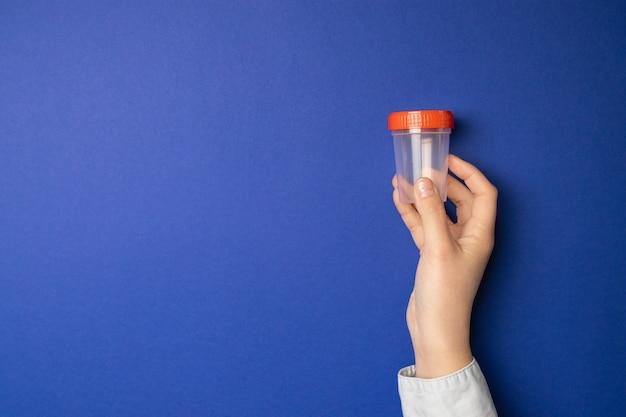 Dokter bedrijf monster beker. medische test voor urine in het ziekenhuis. Premium Foto