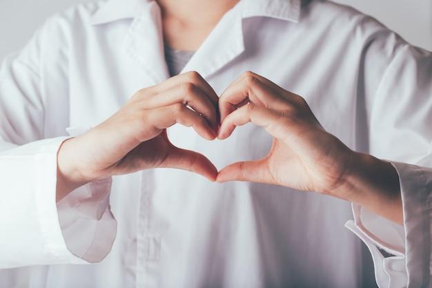 Dokter maken dient hartvorm in Premium Foto