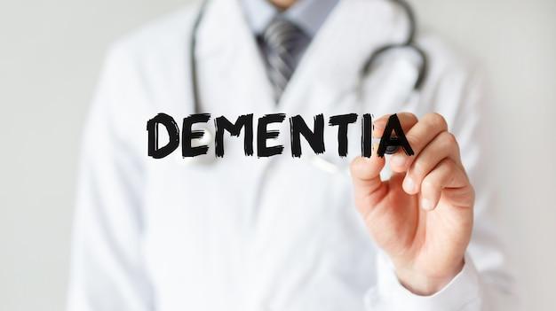Dokter schrijven woord dementia met marker, medische concept Premium Foto