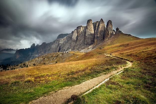 Dolomieten in zuid-tirol omgeven door groen onder de bewolkte hemel in italië Gratis Foto