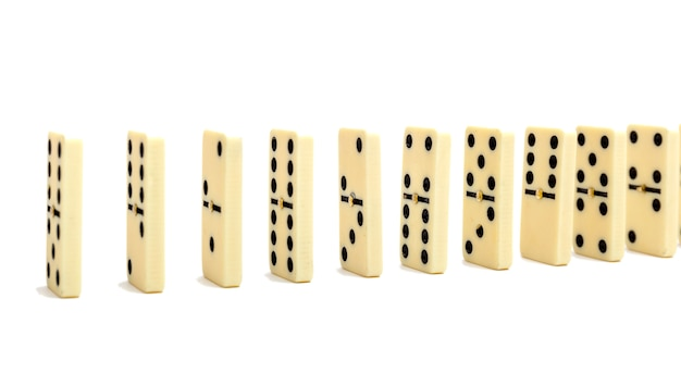 Domino's effectcompositie van meerdere domino-botten op een rij Premium Foto