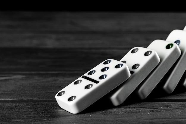 Domino-spel. domino's op een zwarte tafel Premium Foto