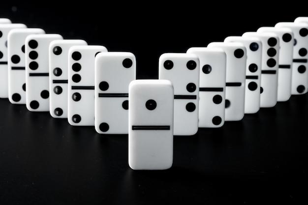 Domino stukken op een zwarte ondergrond Premium Foto