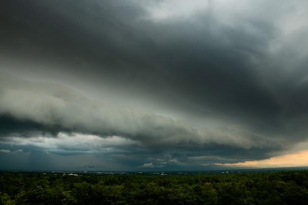 Donder stormlucht regenwolken Premium Foto