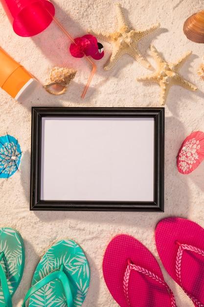 Donker frame met kleurrijke zomerattributen Gratis Foto