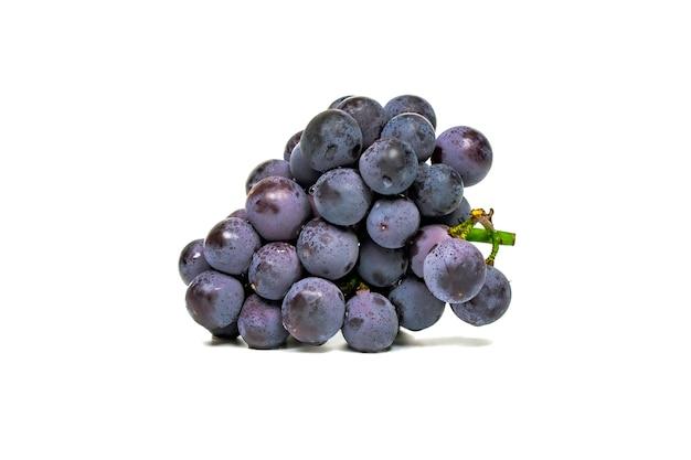 Donkerblauw druivenfruit dat op wit wordt geïsoleerd Premium Foto