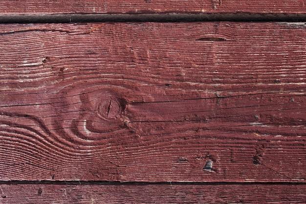 Donkerbruin bekraste houten plank. hout textuur. achtergrond houten bord met gebarsten verf. kleur - schil de houtstructuur Premium Foto