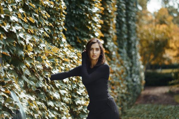 Donkerbruin meisje dat door het park tijdens de herfst loopt Gratis Foto