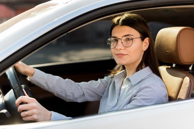 Donkerbruine onderneemster binnen een auto Gratis Foto