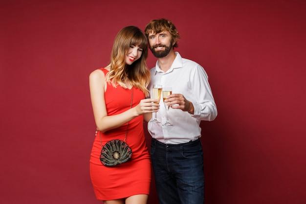 Donkerbruine vrouw met haar glas van de echtgenootholding champagne Gratis Foto