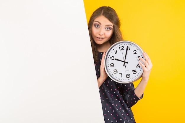 Donkerbruine vrouw met klokken en lege banner Premium Foto