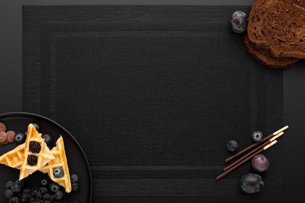 Donkere doek met een bord wafels Gratis Foto