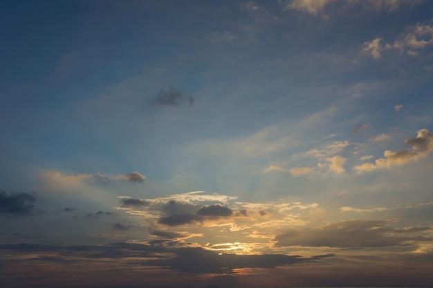 Donkere kleurrijke bewolkte hemel na zonsondergang, cloudscape, Premium Foto
