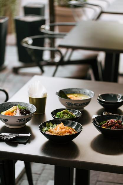 Donkere tafel geserveerd met japanse gerechten in aziatische stijl Premium Foto