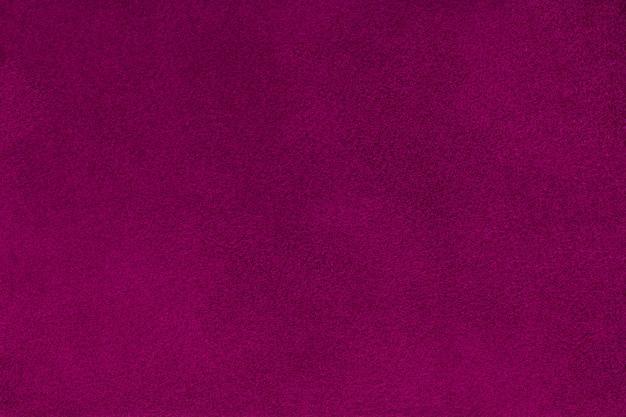 Donkerpaarse matte suede stoffenclose-up. fluwelen textuur. Premium Foto