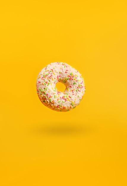 Donut met schaduw opknoping in de lucht Premium Foto